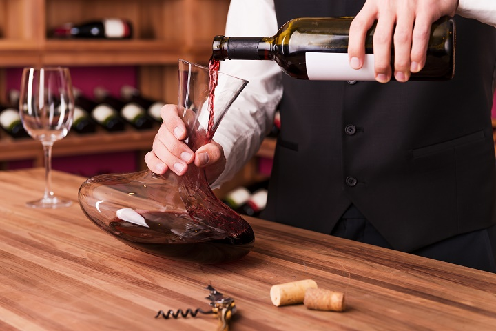 pouring-wine-to-decanter