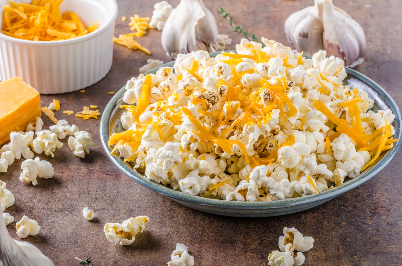 Homemade-cheese-popcorn-with-garlic-herbs-and-cheddar-cheese