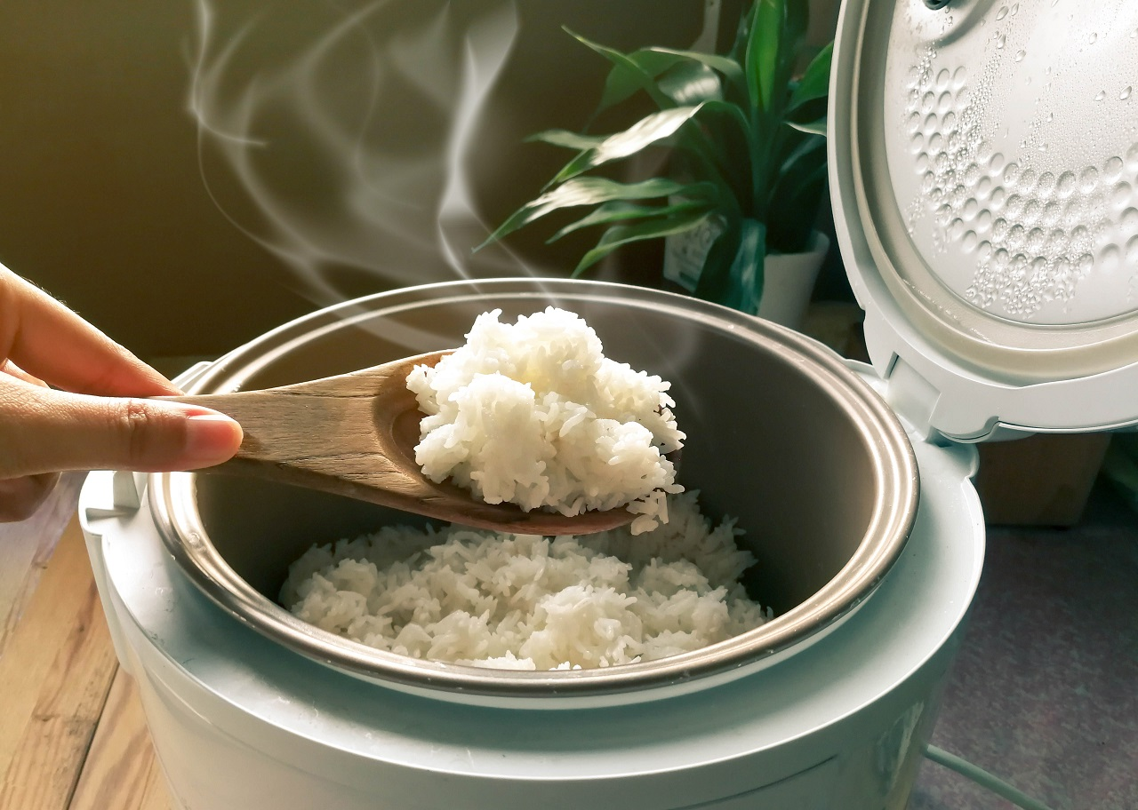 Jasmine-rice-cooking-in-electric-rice-cooker-with-steam