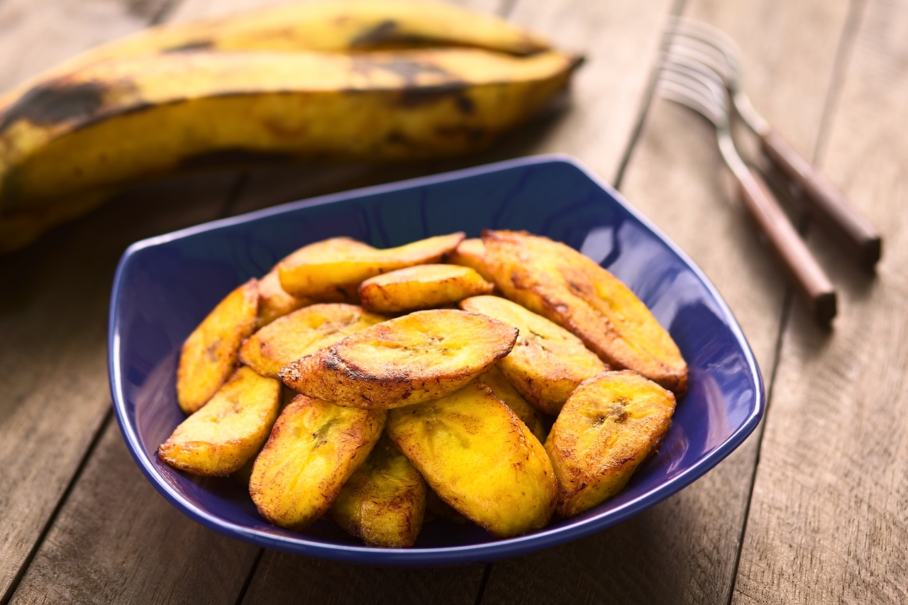 Fried-slices-of-the-ripe-plantain-in-blue-bowl