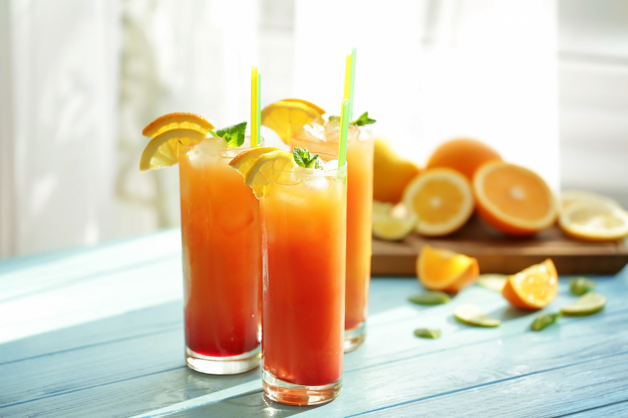 Glasses-of-Tequila-Sunrise-cocktail-with-citrus-slices-on-table