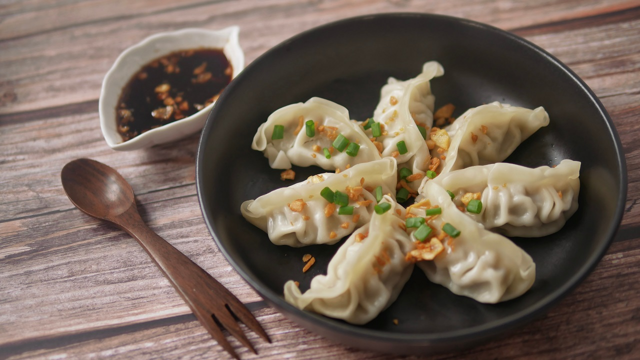 Steamed-Gyoza-or-dumpling-stuffed-ground-pork-dipping-with-garlic-soy-sauce-famous-Chinese-appetiser